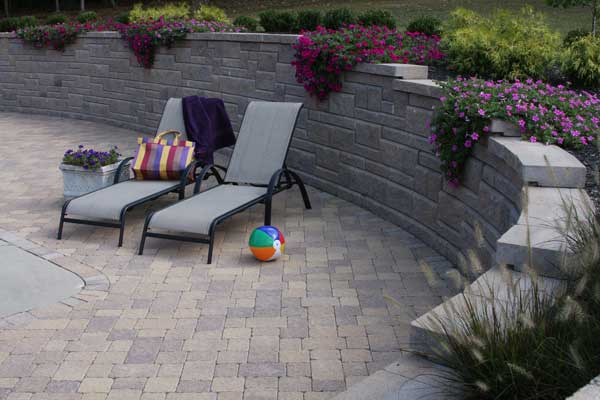 Ordinaire Backyard With Pool With Patterned Retaining Wall