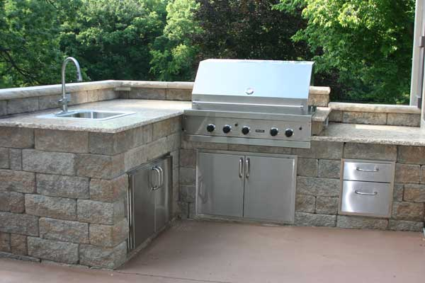 Hottest landscape trends in outdoor living for Outdoor kitchen wall ideas