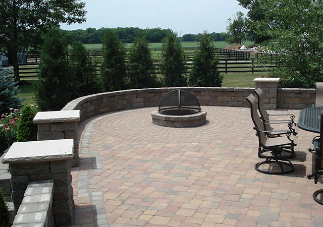 Attrayant Outdoor Patio With Patio Wall And Fire Pit