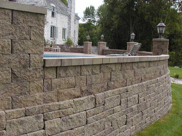 Retaining walls build outdoor entertainment areas for Pool design retaining wall